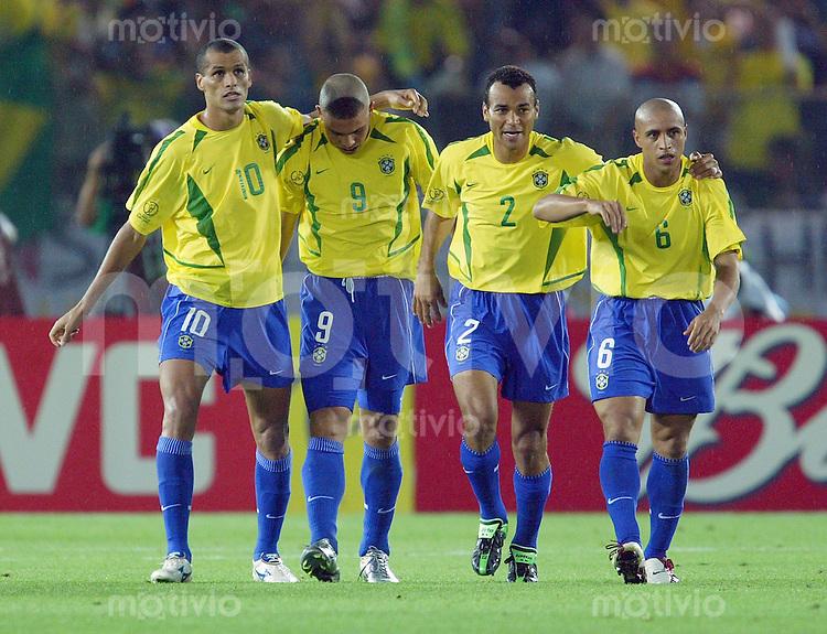 FUSSBALL  Weltmeisterschaft Japan / Suedkorea  2002       Finale 30.06.2002 Deutschland - Brasilien 0-2   JUBEL mit RIVALDO, RONALDO, CAFU, ROBERTO CARLOS (v. li., Brasilien)
