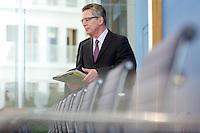 Verteidigungsminister Thomas de Maiziere (CDU) kommt am Mittwoch (05.06.13) in die Bundespressekonferenz in Berlin zu einer Pressekonferenz zum Thema Euro Hawk.<br /> Foto: Axel Schmidt/CommonLens