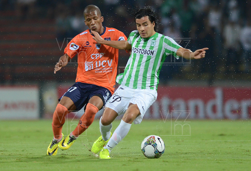 MEDELLÍN -COLOMBIA-29-10-2014. Sherman Cardenas (Der) jugador de Atlético Nacional de Colombia disputa el balón con Juan Morales (Izq) jugador de Cesar Vallejo de Perú durante juego de ida de los cuartos de final en la Copa Total Sudamericana 2014 realizado en el estadio Atanasio Girardot de Medellín./ Sherman Cardenas (R) player of Atletico Nacional of Colombia fights for the ball with Juan Morales (L) player of Cesar Vallejo of Peru during the first leg match for the quarter finals of the Copa Total Sudamericana 2014 played at Atanasio Girardot stadium in Medellin. Photo: VizzorImage/Luis Ríos/STR