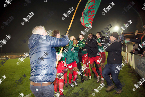 2016-11-26 / Voetbal / seizoen 2016-2017 / KFC Houtvenne - KVV Vosselaar /  Vreugde bij de spelers na hun 3-2 winst ,Foto: Mpics.be