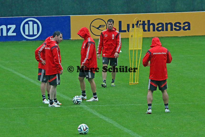 Assistenten bauen im strömenden Regen den Trainingsparcours auf - Training der Deutschen Nationalmannschaft  zur WM-Vorbereitung in St. Martin