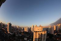S&Atilde;O PAULO, SP, 26/06/2012, CLIMA TEMPO.<br /> <br /> Com o c&eacute;u parcialmente nublado, a capital paulista amanheceu com 14&ordm;C nessa Ter&ccedil;a-feira.<br />  <br />  Luiz Guarnieri/ Brazil Photo Press