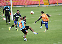BOGOTA - COLOMBIA - 15-05-2013: Los jugadores del Gremio durante entreno en el Estadio Nemesio Camacho El Campin en la ciudad de Bogota, mayo 15 de 2013. El Gremio de Brasil se encuentra en Bogota para disputar partido de vuelta de la Copa Bridgestone Libertadores contra el Independiente Santa Fe, el proximo mayo 16 en el estadio Nemesio Camacho el Campin. (Foto: VizzorImage / Luis Ramirez / Staff). The players of Gremio during a training in the Nemesio Camacho El Campin in the city of Bogota, May 15, 2013. Gremio of Brazil is in Bogota to play second leg of the Copa Bridgestone Libertadores against Independiente Santa Fe, next May 16 in the stadium Nemesio Camacho el Campin. (Photo: VizzorImage / Luis Ramirez / Staff)