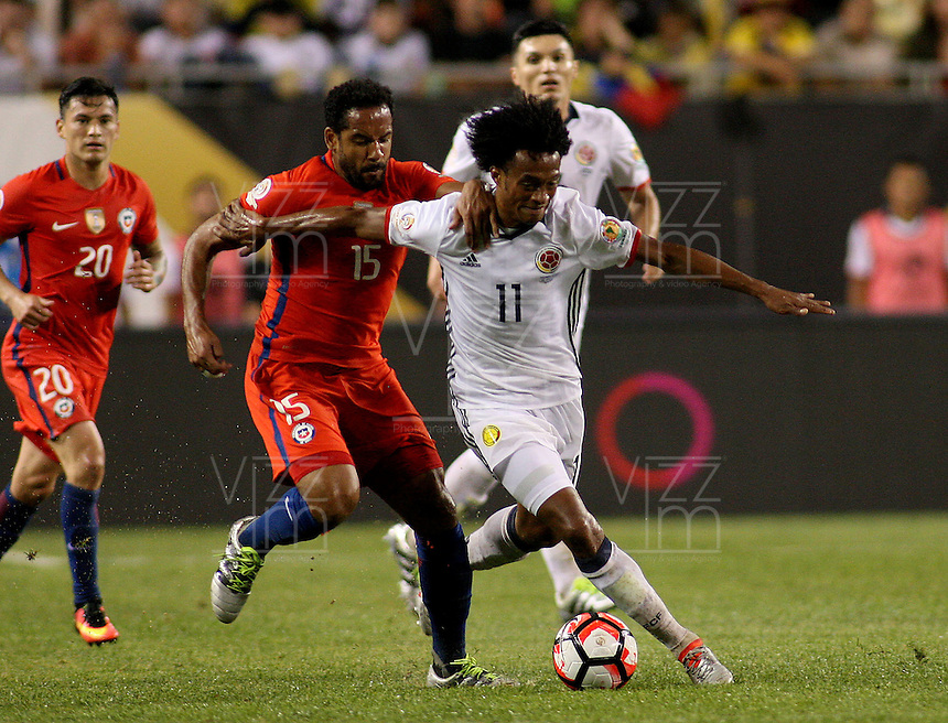 CHICAGO - UNITED STATES, 22-06-2016: Juan G Cuadrado (Izq) jugador de Colombia (COL) disputa el balón con Jean Beausejour (Der.) jugador de Chile (CHI) durante partido porla semifinal  entre Colombia (COL) y Chile (CHI)  por la Copa América Centenario USA 2016 jugado en el estadio Soldier Field en Chicago, USA.  / Juan G Cuadrado (R) player of Colombia (COL) fights the ball with Jean Beausejour (R) player of Chile  (CHI) during a match for the quarter of finals between Colombia (COL) and Chile  (CHI) for the Copa América Centenario USA 2016 played at Soldier Field  stadium in Chicago, USA. Photo: VizzorImage/ Luis Alvarez /Cont.