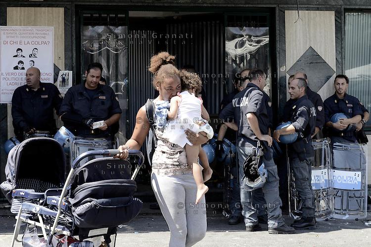 Roma, 18 Luglio 2015<br /> I movimenti per il diritto all'abitare occupano un ex hotel abbandonato nei pressi della Stazione Tiburtina.<br /> Hotel New Gemini. Nel pomeriggio le forze dell'ordine sgomberano l'edificio e fanno uscire le famiglie.