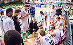 S&ouml;dert&auml;lje 2015-04-19 Basket SM-Final 1 S&ouml;dert&auml;lje Kings - Uppsala Basket :  <br /> Uppsalas tr&auml;nare coach Kelly Grant diskuterar med Uppsalas spelare under en timeout under matchen mellan S&ouml;dert&auml;lje Kings och Uppsala Basket <br /> (Foto: Kenta J&ouml;nsson) Nyckelord:  S&ouml;dert&auml;lje Kings SBBK T&auml;ljehallen Basketligan SM SM-Final Final Uppsala Basket diskutera argumentera diskussion argumentation argument discuss tr&auml;nare manager coach