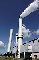 Nederland Amsterdam - Augustus 2019.      Het Afval Energie Bedrijf ( AEB ). Het Afval Energie Bedrijf (AEB) is een afvalverwerkingsbedrijf in Amsterdam. Het bedrijf verwerkt afval uit Amsterdam en uit de regio, en heeft de beschikking over afvalverbrandingsinstallaties in het Westelijk Havengebied. Deze installaties gebruiken de bij de verbranding vrijkomende warmte voor het opwekken van energie. Sinds juli liggen vier van de zes verbrandingsovens om veiligheidsredenen stil.   Foto Berlinda van Dam / Hollandse Hoogte