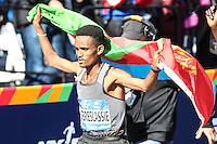 NEW YORK, NY, 06.11.2016 - MARATONA-NEW YORK -Ghirmay Ghebreslassie  da Eritreia comemora viória durante a Maratona Internacional de New York  nos Estados Unidos neste domingo, 06. (Foto: William Volcov/Brazil Photo Press)