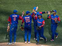 Roel Santos de los Alazanes de Gamma de Cuba (c) celebra victoria de su equipo con Raul Gonzalez (8) y Yordan Manduley (25) ,  durante el partido de beisbol de la Serie del Caribe contra los Criollos de Caguas de Puerto Rico en estadio de los Charros de Jalisco en Guadalajara, México, Martes 6 feb 2018.  (Foto: AP/Luis Gutierrez)