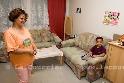 Genève, le 11.11.2008. l'ARA ( Aide aux Requérants d'Asile ), une requérente et son fils..© Le Courrier / J.-P. Di Silvestro