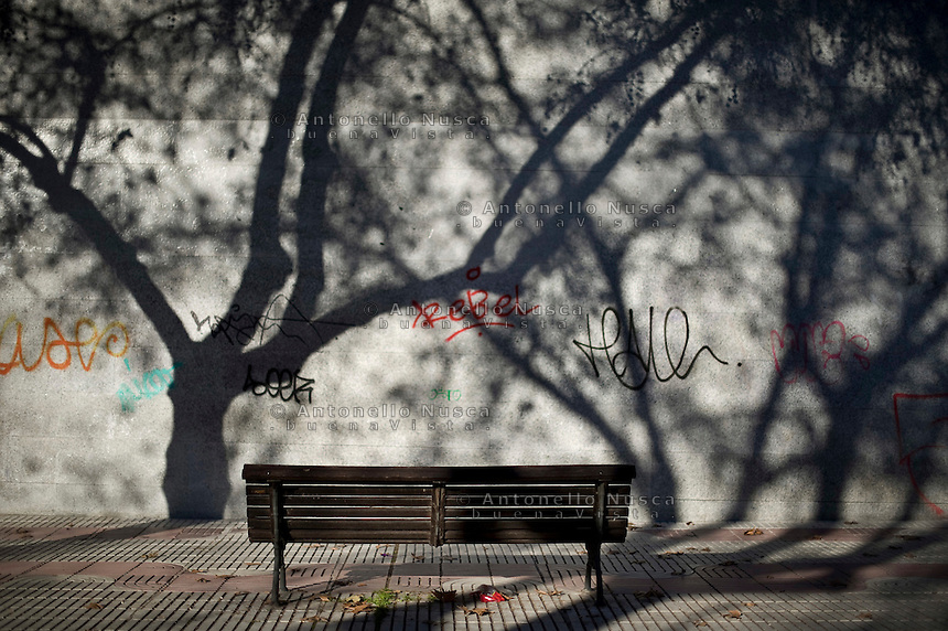 Una panchina in un parco della periferia di Madrid