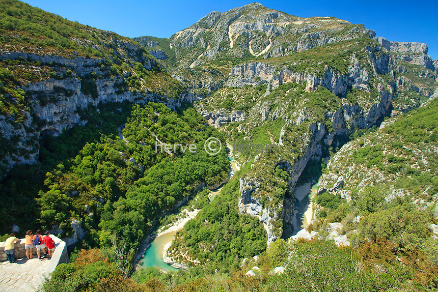France, Alpes-de-Haute-Provence (04), parc naturel régional du Verdon, Gorges du Verdon, vue sur le Verdon et la Brèche Imbert depuis le belvédère du balcon de la Mescla // France, Alpes de Haute Provence, Parc Naturel Regional du Verdon (Natural Regional Park of Verdon), Gorges of the Verdon river, view on the Verdon river and the Breche Imbert from the panoramic viewpoint of the balcony of the Mescla
