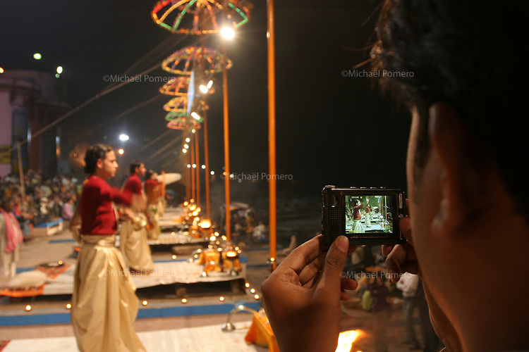 01.12.2008 Varanasi(Uttar Pradesh)<br /> <br /> Man taking pictures of the Ganga puja ceremony.<br /> <br /> Homme prenant des photos de la ceremonie de la Ganga puja.