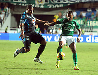 CALI -COLOMBIA-22-06-2013. Andres Manga Escobar (I) del Deportivo Cali disputa el balón con Roman Torres (D) de Millonarios durante partido de los cuadrangulares finales, fecha 3, de la Liga Postobón 2013-1 jugado en el estadio Pascual Guerrero de la ciudad de Cali./ Deportivo Cali player Andres Manga Escobar (L) fights for the ball with Millonarios player Roman Torres  (R) during match of the final quadrangular 3th date of Postobon League 2013-1 at Pascual Guerrero stadium in Cali city Photo: VizzorImage/Juan C. Quintero/STR