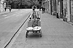 Mężczyzna wiozący wózkiem bliżnięta. Ulica Sienna w Krakowie. Połowa lat 70. XX wieku.