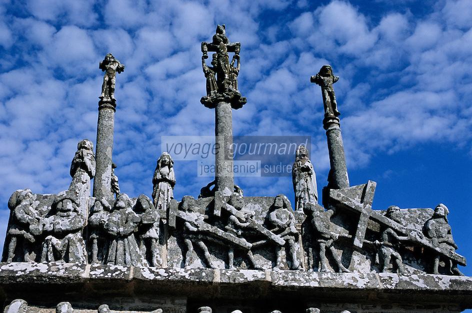 """Europe/France/Bretagne/29/Finistère/Tronoën: La chapelle Notre-Dame de Tronoën (XVème) surnomée """"La Cathédrale des Dunes"""" - Détail du calvaire"""