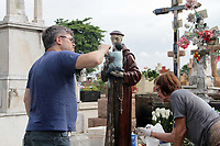"""CAMPINAS, SP 31.10.2018-FINADOS-Toninho Escravo estão entre os que mais recebem homenagens por """"graças alcançadas"""". Limpeza de jazigos, pinturas e de áreas do Cemitério da Saudade, no Swift, na cidade de Campinas, interior de São Paulo, nesta quarta-feira (31), é feita por familiares e funcionários do local, como preparativos para o Dia de Finados. (Foto: Denny Cesare/Codigo19)"""