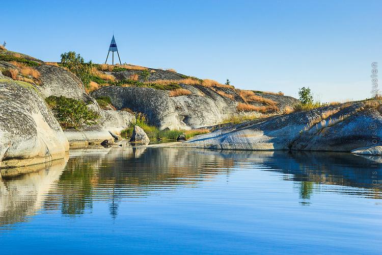 Högt skär med stångmärke på Kallskär i Stockholms skärgård/ Archipelago