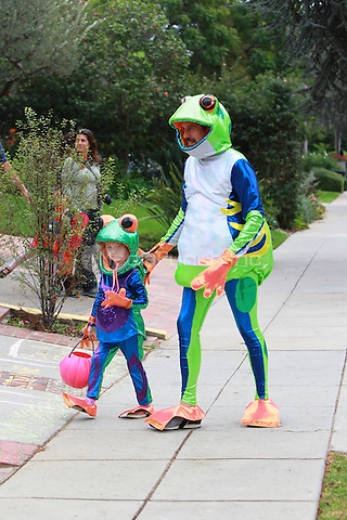 October 31 2014 Brentwood California -Alysson Hannigan trick or treating with her children on halloween dressed as frogs John Misa / MediaPunch