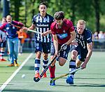 DEN HAAG -  Fabio Blom (HCKZ)  met Niels Blaak (HDM) tijdens  de eerste Play out wedstrijd hoofdklasse heren ,  HDM-HCKZ (1-2) . COPYRIGHT KOEN SUYK