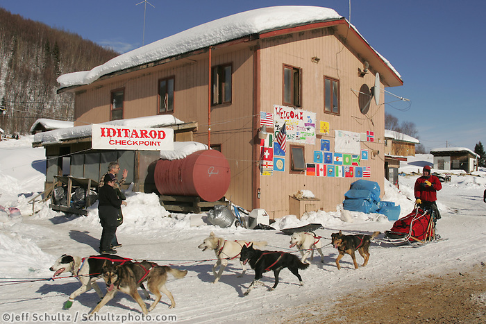 Peter Bartlett runs through the Tokotna chechpoint.  2005 Iditarod Trail Sled Dog Race.