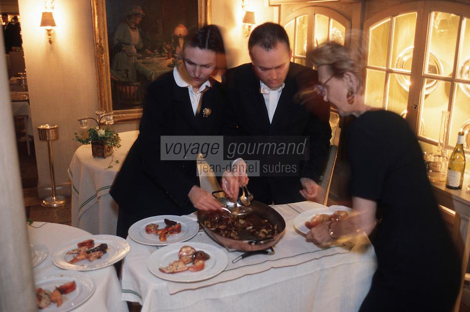 """Europe/France/89/Yonne/Saint Père sous Vezelay: Service en salle chez Marc Meneau à """"l'Espérance"""""""