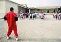 Irak 2000.Halabja: Cours de gymnastique dans une école.Iraq 2000.Halabja: gymnastic for girls in a school