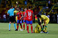 BUCARAMANGA - COLOMBIA, 08-02-2019: Jhon Alexander Mejía, árbitro muestra tarjeta amarilla a Mariano Vasquez  de Deportivo Pasto, durante partido entre Atlético Bucaramanga y Deportivo Pasto, de la fecha 4 por la Liga Aguila I 2019, jugado en el estadio Alfonso López de la ciudad de Bucaramanga. / Jhon Alexander Mejía referee, shows yellow card to Mariano Vasquez of Deportivo Pasto during a match between Atletico Bucaramanga and Deportivo Pasto, of the 4th date for the Liga Aguila I 2019 at the Alfonso Lopez Stadium in Bucaramanga city Photo: VizzorImage / Oscar Martínez / Cont.