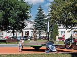 Suwałki, (woj. podlaskie) 09.07.2014. Plac zabaw dla dzieci na Placu im. Marii Konopnickiej.