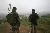 SERBIA - Mitrovica Città divisa in due dal fiume Ibar, a Nord abitata da Serbi e a sud da Kosovari albanesi Attualmente protetta da truppe internazionali della KFOR . pattugliamento di truppe francesi due soldati francesi di pattuglia, sullo sfondo i tre condomini sempre rimasti multietnici