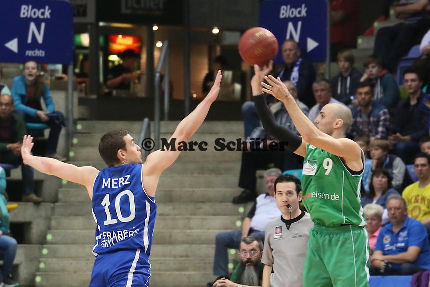 Marin Petric (Trier) gegen Max Merz (SKyliners) - Fraport Skyliners vs. TBB Trier, Fraport Arena Frankfurt