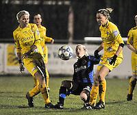 Club Brugge Dames - WB Sinaai Girls : duel tussen Yana Haesebroek (midden) , Anouk Bonnarens (rechts) en Sofie Van Troyen.foto DAVID CATRY / Vrouwenteam.be