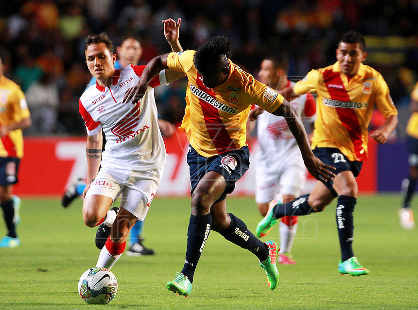 MORELIA - MEXICO -28 -01-2014: Duvier Riascos (Der.) jugador de Monarcas Morelia de Mexico, disputa el balón con Luis Seijas (Izq.) jugador del Independiente Santa Fe de Colombia, durante partido por la primera fase, llave G5 de la Copa Libertadores en el estadio Morelos de la ciudad de Morelia. / Duvier Riascos (R) player of Monarcas Morelia of Mexico, struggles for the ball with Luis Seijas (L), player of Independiente Santa Fe of Colombia, during a match for the first phase, g5 key of the Copa Bridgestone Libertadores in Morelos stadium in Morelia city, Photo: VizzorImage  / Manuel Velasquez / Jam Media / Cont