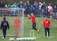 Fans gucken Torwart Lukas Hradecky (Eintracht Frankfurt) zu - 04.04.2018: Eintracht Frankfurt Training, Commerzbank Arena