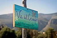 Palermo: l'orto urbano condiviso nella periferia nord, le insegne decorate dagli orticoltori.<br /> Palermo:  Community garden within the city, signs painted by the horticulturists.