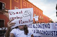 Complicado Desfile del d&iacute;a del Trabajo_DC_<br /> <br />  M&aacute;s de 3hrs de Protestas en Desfile del d&iacute;a del Trabajo_DC_<br /> <br /> Quer&eacute;taro, Qro. 1 de mayo de 2016.-  Complicado desfile del d&iacute;a del trabajo tuvieron las autoridades del gobierno del estado; cuando sindicatos de la educaci&oacute;n y bur&oacute;cratas abrieron el tradicional desfile con protestas frente al presidium donde se encontraba el gobernador Francisco Dominguez; l&iacute;deres sindicales y los secretarios de gobierno, del trabajo, obras p&uacute;blicas y otros invitados. Por m&aacute;s de tres horas apechugaron las protestas de sindicatos, activistas, estudiantes, organizaciones que llevaban demandas diversas.<br /> <br /> En momentos efervescentes de la marcha algunos integrantes de los contingentes tiraron al piso las gorras conmemorativas de la marcha; otros gritaban demandas, otros m&aacute;s sobre la reforma; y hubo quienes pidieron la salida del gobernador.   <br /> <br /> Al final, el gobernador del estado, por razones de seguridad, se retir&oacute; del evento.<br /> <br /> Foto: Demian Chavez