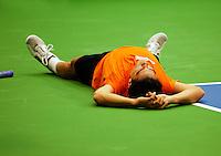 06-02-12, Netherlands,Tennis, Den Bosch, Daviscup Netherlands-Finland, Training, Jesse Huta Galung gaat tegen de grond maar mankeert niets
