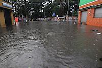 FOTO EMBARGADA PARA VEICULOS INTERNACIONAIS. SAO PAULO, SP, 24-12-2012, CHUVA. A forte chuva que caiu em Sao Pauilo na tarde dessa Segunda Feira (24) deixou varios pontos de alagamento, na foto a Rua Taquari na Mooca. Luiz Guarnieri/ Brazil Photo Press.