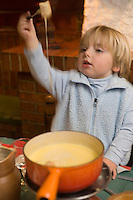 "Europe/France/Rhone-Alpes/74/Haute-Savoie/Megève : Enfants mangeant une fondue  savoyarde au restaurant ""le Chamois""  -  Mention Megève Obligatoire / [Non destiné à un usage publicitaire - Not intended for an advertising use] [Non destiné à un usage publicitaire - Not intended for an advertising use]"