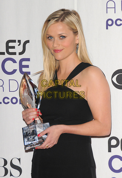 REESE WITHERSPOON.The 35th Annual People's Choice Awards held at The Shrine Auditorium in Los Angeles, California, USA..January 7th, 2009.Pressroom press room half length black  award trophy dress red nail varnish polish  .CAP/DVS.©Debbie VanStory/Capital Pictures.