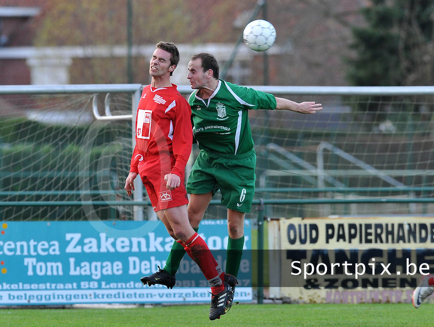 Lendelede - Vlamertinge : luchtduel tussen Brecht Dejonghe (rechts) en Tom Depinois.foto VDB / BART VANDENBROUCKE