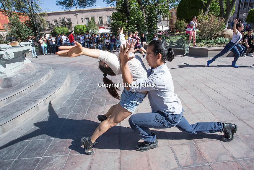 Quer&eacute;taro, Qro. 18 de Abril de 2017.- El grupo de danza contempor&aacute;nea <br /> &quot;Aletheia&quot; present&oacute; danza contempor&aacute;nea en el Jard&iacute;n Zenea de esta ciudad dentro de las actividades del Festival Santiago <br /> <br /> Foto: David Steck