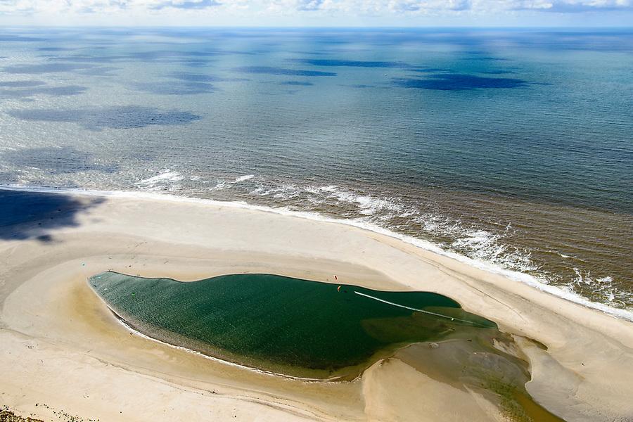 Nederland, Zuid-Holland, Gemeente Westland, 28-04-2017; Delflandse Kust ter hoogte van Ter Heijde en Monster, winsurfers en kitesurfers. De Zandmotor is een kunstmatig schiereiland / landtong, ontstaan door het opspuiten van zand voor de kust. Wind, golven en stroming zullen het zand langs de kust in noordelijke richting verspreiden waardoor verderop langs de kust bredere stranden en duinen ontstaan. De zandmotor is een experiment in het kader van kustonderhoud en kustverdediging. <br /> Sand Engine, artificial peninsula build by the raising of sand for the coast of Ter Heijde (near the Hague, at the horizon). Wind, waves and currents will distribute the sand along the coast yielding wider beaches and dunes along the coastline. The Sand Engine is a experiment for coastal maintenance of coastal defense.<br /> luchtfoto (toeslag op standard tarieven);<br /> aerial photo (additional fee required);<br /> copyright foto/photo Siebe Swart