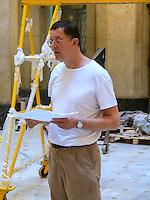 RIO DE JANEIRO, RJ, 31 DE JULHO 2012 - MONTAGEM DA ESPOSIÇÃO CORPOS PRESENTES.  Nesta terça feira (31) O artista plastico Britanico Antony Gormley ( Camiseta Branca) monta sua exposiçao no Centro Cultural Banco do Brasil ( CCBB) situado no Centro da cidade do Rio de Janeiro.<br /> FOTO RONALDO BRANDAO/BRAZIL PHOTO PRESS