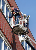 Glazenwasser aan het werk op een hoogwerker