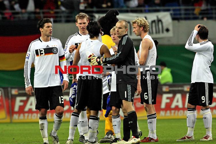 L&permil;nderspiel<br /> WM 2010 Qualifikatonsspiel Qualificationmatch Leipzig 28.03.2009 Zentralstadion Gruppe 4 Group Four <br /> <br /> Deutschland ( GER ) - Liechtenstein ( LIS )<br /> <br /> DIe Spieler freuen sich &cedil;ber den 4:0 Erfolg und den Abpfiff.<br /> <br /> Foto &copy; nph (  nordphoto  )<br />  *** Local Caption ***