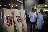 SAO PAULO, SP 15 de julho 2013-Caixao da presidente Dilma Rousseff e os ministros da Saúde, Alexandre Padilha, e da Educação, Aloizio Mercadante.na sede do Conselho Regional de Medicina, na Consolação. ADRIANO LIMA / BRAZIL PHOTO PRESS).