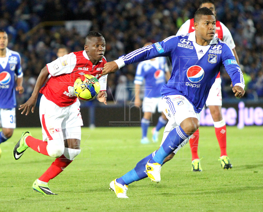 BOGOTA -COLOMBIA- 15 -09-2013. Jefferson Cuero ( Izq) del Independiente Santa  Fe disputa el balón contra Román Torres ( Der) de Los Millonarios ,acción de juego correspondiente al partido  de Los  Millonarios contra el  Independiente  Santa Fe , juego de la novena fecha de La Liga Postobon segundo semestre jugado en el estadio Nemesio Camacho El Campin /  Jefferson Leather (Left) of the Independent Santa Fe there disputes the ball against Roman Torres (Der) of The Millionaires, action of game corresponding to the party of The Millionaires against the Independent Santa Fe, party corresponding to the ninth date of The League Postobon the second semester played in the stadium Nemesio Camacho The Campin .Photo: VizzorImage / Felipe Caicedo / Staff