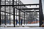 ARNHEM - In Arnhem werken medewerkers van Reijrink Staalbouw aan de opbouw van de door aannemer Pellikaan gebouwde Arnhemhal. De door Hooper Architects uit Oosterhout in opdracht van het NOC*COF ontworpen trainingshal is primair bedoeld voor topsporterts die fulltime op Papendal - Arnhem wonen, maar Arnhemse sportverenigingen kan buiten de topsporttrainingsuren de ruimtes ook gebruiken. De hal krijgt drie verdiepingen, twee boven elkaar liggende sprintbanen van 130 meter lengte, en een zng 'Sportrestaurant van de toekomst'. COPYRIGHT TON BORSBOOM