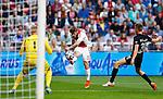 Nederland, Amsterdam, 13 september 2014<br /> Eredivisie<br /> Seizoen 2014-2015<br /> Ajax-Heracles<br /> Lasse Schone (m.) van Ajax schiet en bal tegen de binnenkant van de paal.